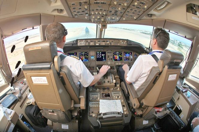 Transaero_777-200ER_flight_deck_2